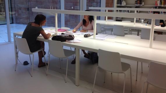 Estudiants a la biblioteca Sant Gervasi - Joan Maragall