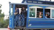 passatgers dins el tramvia blau