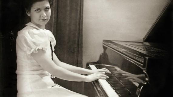 Maria Canals, de jove, aprèn a tocar el piano