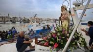 Pescadors i la la patrona Mare de Déu del Carme, a la Barceloneta