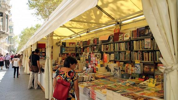 Imatge de la Fira del llibre d'ocasió al passeig de Gràcia de Barcelona.