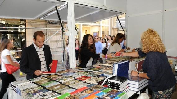El públic mira llibres a les parades de la Fira del llibre d'ocasió.