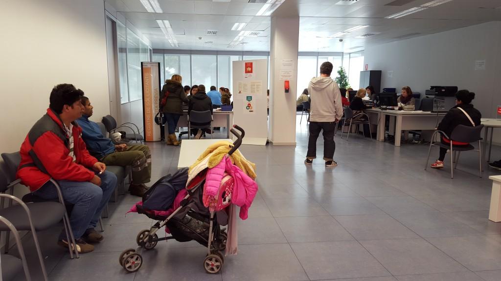 Es posa en marxa un nou servei d atenci a la pobresa for Oficina habitatge sant marti