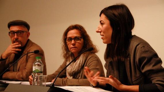 Joana Masó, en primer terme, i Jorge Luis Marzo, coordinadors del cicle 'Valor!' flanquegen la comissionada de Cultura de l'Ajuntament, Berta Sureda, divendres 5 de febrer (horitzontal)