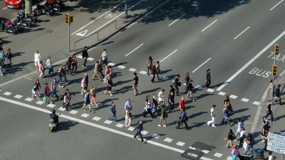 Gent creuant un carrer.