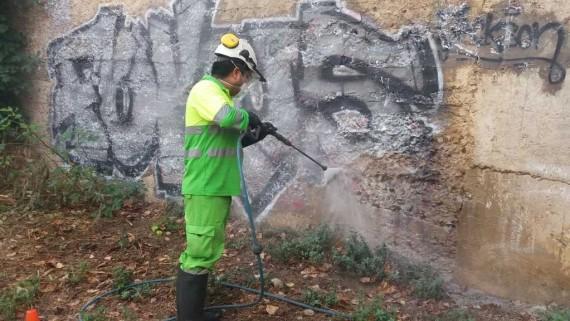 Nou contracte municipal de neteja de pintades, cartells i altres elements de la via pública. Grafits.