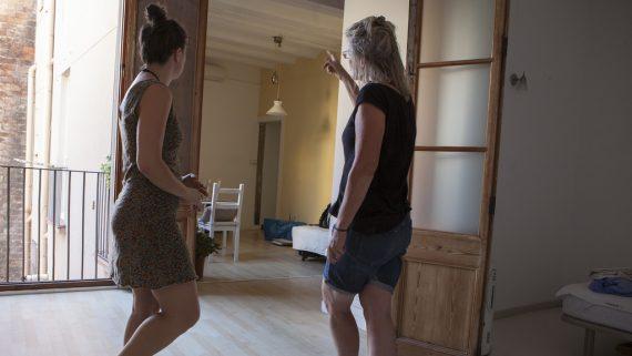 Dues dones al menjador d'un habitatge.
