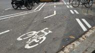 Aparcament motos i bicicletes en calçada