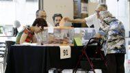 GRA335. BARCELONA, 26/06/2016.- Dos ancianos votan en un colegio electoral de Barcelona. EFE/Alberto Estévez