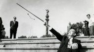 Dalí emula Cristòfor Colom davant del monument del descobridor d'Amèrica, al port de Barcelona. Foto: J. Postius. Arxiu Fotogràfic de Barcelona