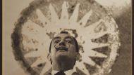 Dalí, a la sala hipòstila del Park Güell, c. 1956. Autor desconegut desconegut (reproducció de la fotografia Antonio Lajusticia)