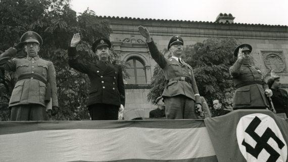 Tribuna d'honor del Poble Espanyol amb les principals autoritats franquistes que van acompanyar Heinrich Himmler. (Pérez de Rozas, AFB)