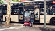 Imatge d'un escúter pujant a l'autobús