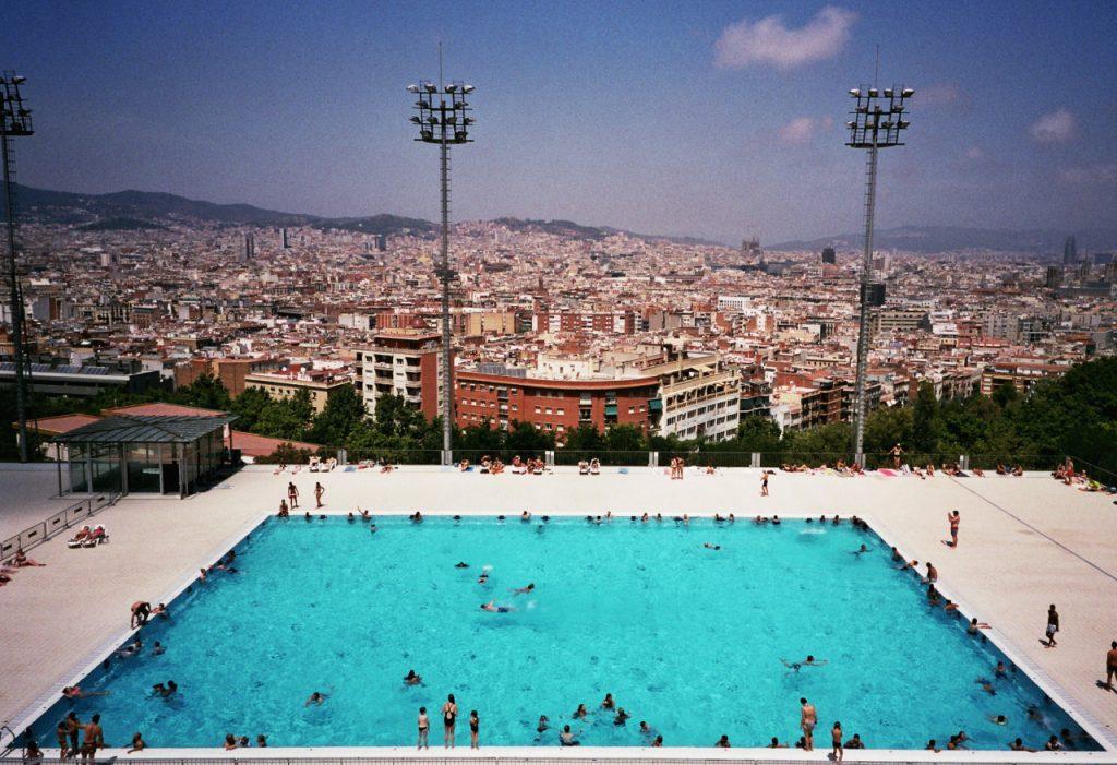 Las piscinas municipales abren las puertas para combatir for Piscinas municipales barcelona