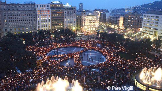 Encesa d`espelmes amb el sÌmbol de la pau contra la guerra a Iraq.