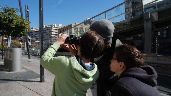 Nens fent fotos al carrer