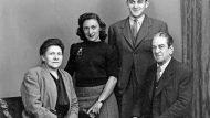 El matrimoni Capmany-Fanrés amb els seus dos fills, Maria Aurèlia i Jordi, el 1941. (Foto: Llegat Jaume Vidal Alcover-Maria Aurèlia Capmany. Universitat Rovira i Virgili)