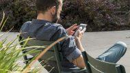 "Home utilitzant un ""smartphone""."