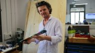 Paulo Gómes, amb la barra de plàstic reciclat que ha creat a La Fàbrica del Sol.