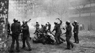 (c)Manel Armengol, 1976 - Càrrega policial contra la manifestació per la 'Llibertat, Amnistia, Estatut d'Autonomia'.