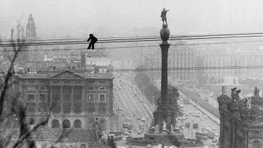 (c)Carlos Pérez de Rozas, 1980 - Un aturat es penja del telefèric per demanar feina