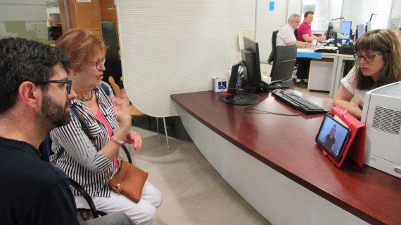Una persona sorda parla amb la tècnica del Servei d'Atenció al Públic amb l'ajuda de l'intèrpret online.