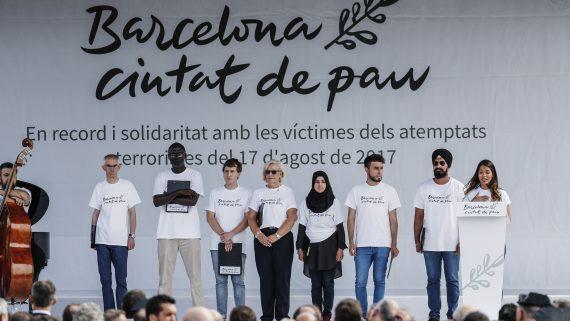Lectura de poema en vuit llengües durant la commemoració dels atemptats de 17 d'agost.