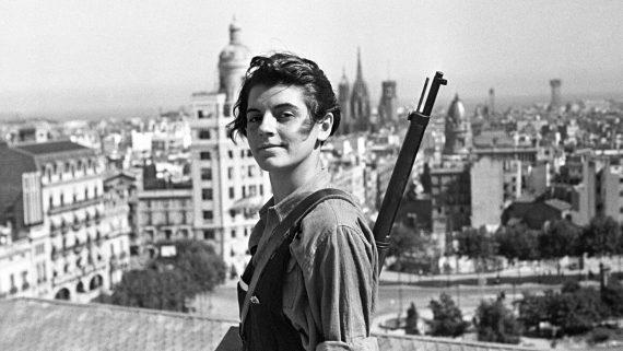 ESPAÑA GUERRA CIVIL ESPAÑOLA: LOS REPUBLICANOS Barcelona, 21-7-1936.- La miliciana Marina Ginestà, miembro de la juventud comunista catalana (JSU), posa en la terraza del hotel Colón, donde se estableció una oficina de alistamiento de milicianos. EFE/JUAN GUZMÁN