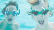 Dos nens nedant sota l'aigua