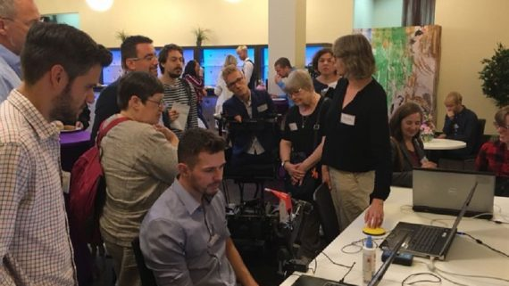 Grup d'alumnes al voltant d'un ordinador
