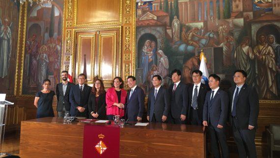 Signatura d'acord entre Barcelona i Seül a l'Ajuntament.