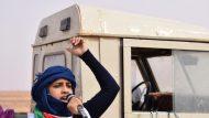 Noia Sahrauí cridant a la mobilització