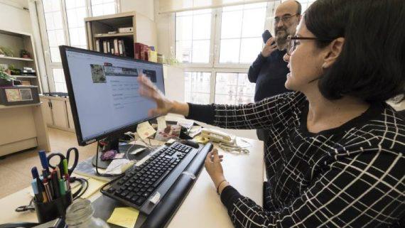 personal municipal provant l'estació de treball amb codi obert