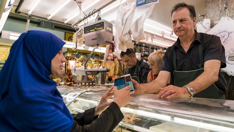 Pagament amb recs a un mercat de Barcelona