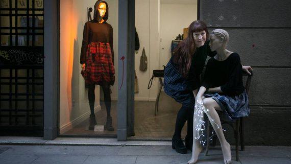 Virginia Rondeel al local de la botiga The Post-industrial Fashion Shop