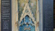 Imagen de la maqueta de la tumba de la reina Elisenda de Montcada. Se trata de una representació en miniatura de l'espacio de la tumba, emmarcado por un arco de medio punto, con el fondo azul y en el centro la tumba de la reina. A ambos lados, hay dos plafons en braile.
