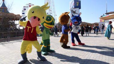 Hi ha les quatre mascotes del Parc d'Atraccions, que ballen i miren a càmara