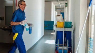 Persona treballant amb eines de neteja a una instal·lacions