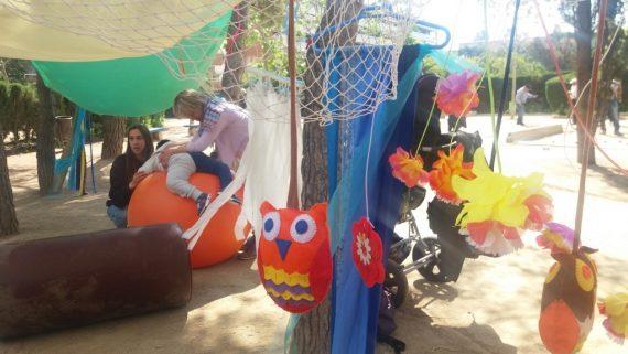 Escenario con juguetes y una monitora de la Festa dels Sentits