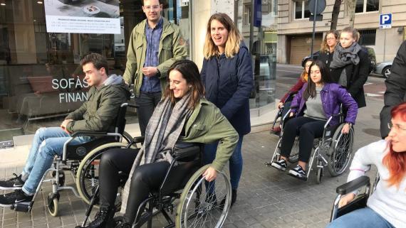 Miembros de las entidades y estudiantes de arquitectura analizando la accesibilidad de una calle