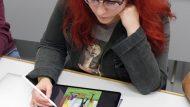 Mònica amb tablet_ Ciutat Refugi