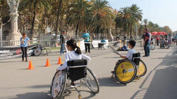 Infants i joves amb cadira de rodes fent esport