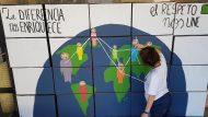 Alumne pintant panell Recfugiades