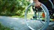 Detalle de una rueda de una silla de ruedas