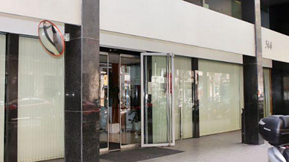 Porta de l'Institut Municipal de Persones amb Discapacitat al carrer València 344