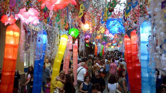 Carrer guarnit a la Festa Major de Gràcia
