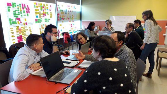 Varias personas recibiendo formación y asesoramiento para poner en marcha la cooperativa que recuperará quioscos en desuso de la ciudad de Barcelona