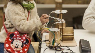 Nena a l'Ateneu de Fabricació Digital Les Corts