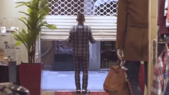 Un comerciant puja una persiana
