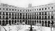 La plaça Reial nevada, entre el 1880 i el 1889 (Arxiu Fotogràfic de Barcelona/ Antoni Esplugas)